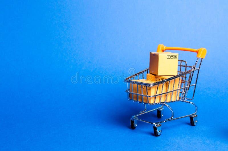 有箱子的超级市场推车,商品 买卖商品和服务的概念,互联网商务,网络购物 免版税图库摄影