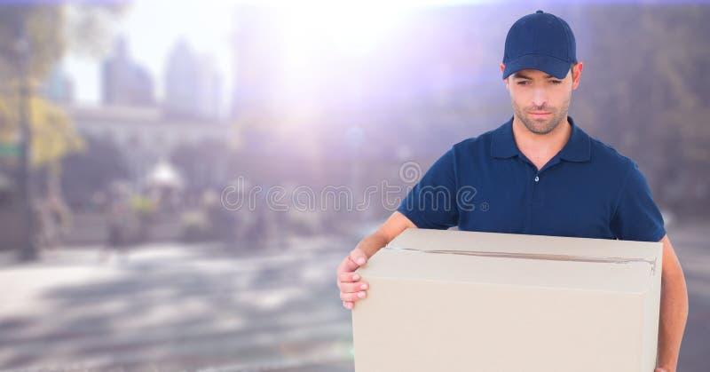 有箱子的送货人反对有火光的模糊的街道 库存照片