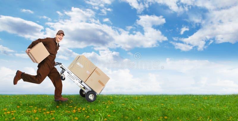 有箱子赛跑的送货人 图库摄影