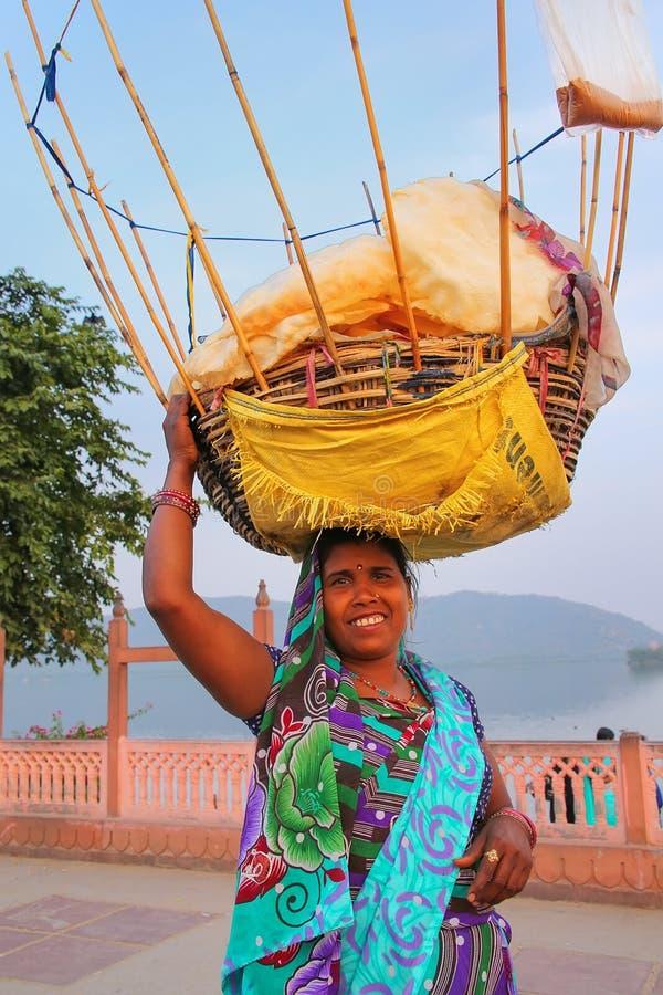有篮子的印地安妇女在她的卖快餐的头由人Sagar 免版税图库摄影