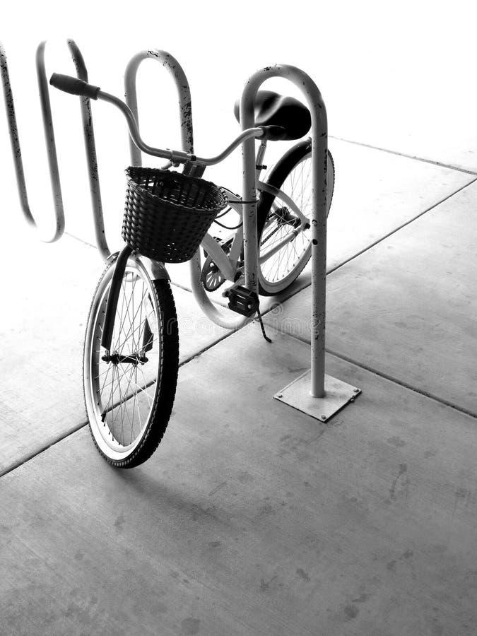 有篮子的自行车 免版税图库摄影