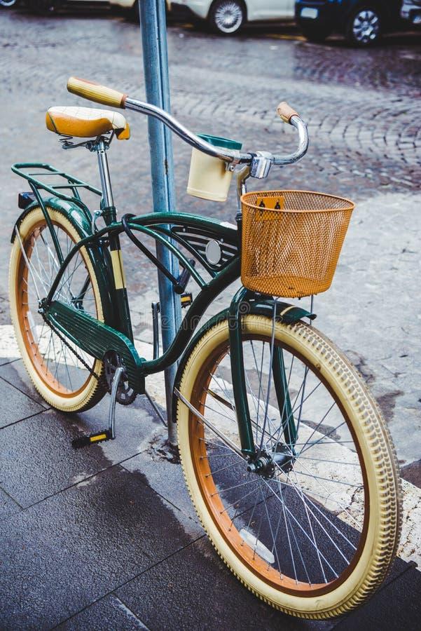 有篮子的葡萄酒自行车在街道上停放了  库存照片