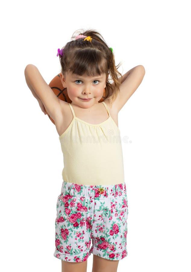 有篮球球的学龄前儿童女孩 免版税库存图片