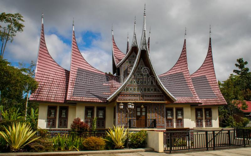 有米南佳保人的一个异常的屋顶的美丽的小屋对Mingkabau的人的一座纪念碑在苏门答腊海岛上的  免版税库存图片