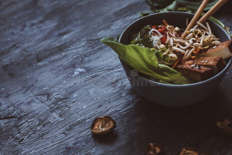 有米粉、菜和豆腐的可口亚洲碗在w 免版税图库摄影