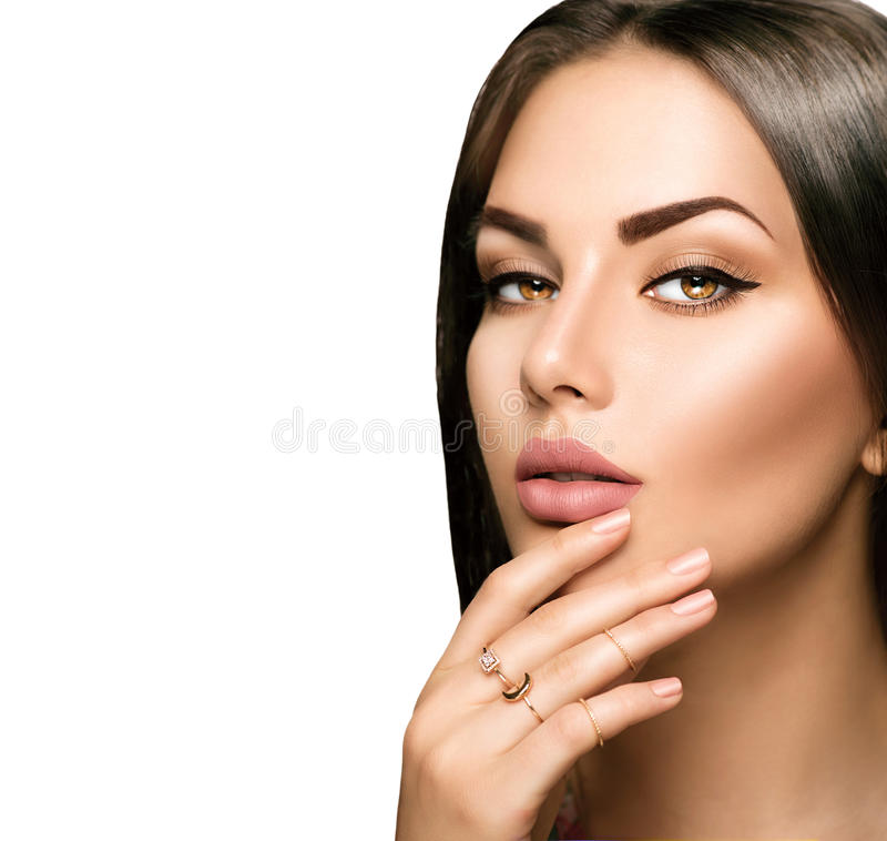 有米黄表面无光泽的唇膏的完善的妇女嘴唇 免版税图库摄影