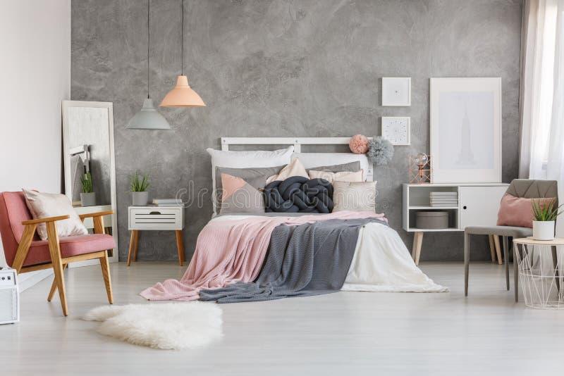有粉末桃红色的可爱的卧室 免版税图库摄影