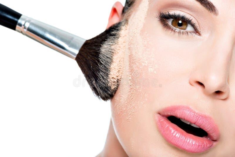 有粉末的妇女在面颊皮肤  免版税库存照片