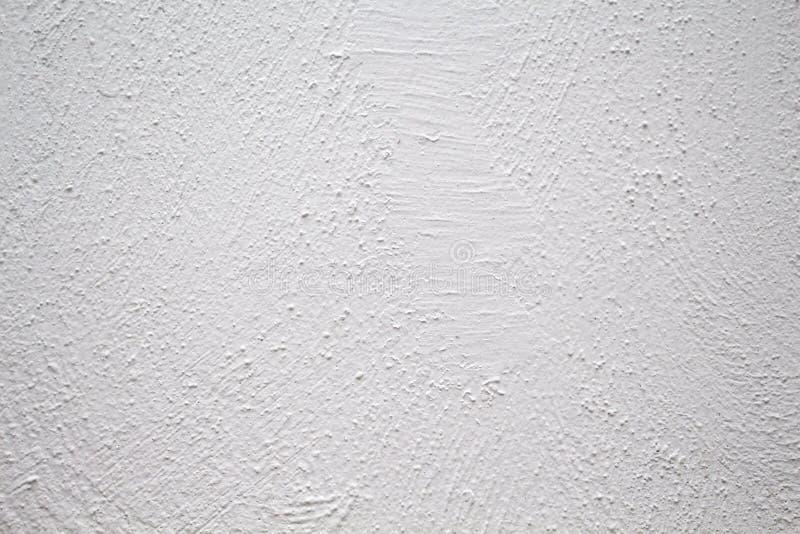 有粗砺的纹理特写镜头照片的被绘的墙壁 与掠过的纹理的白色膏药 图库摄影