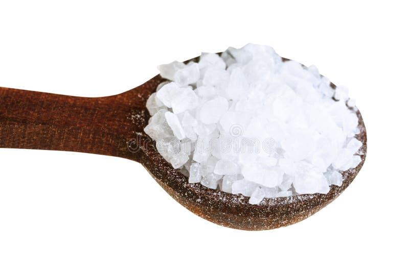 有粗糙的海盐关闭的木盐匙子 免版税库存图片