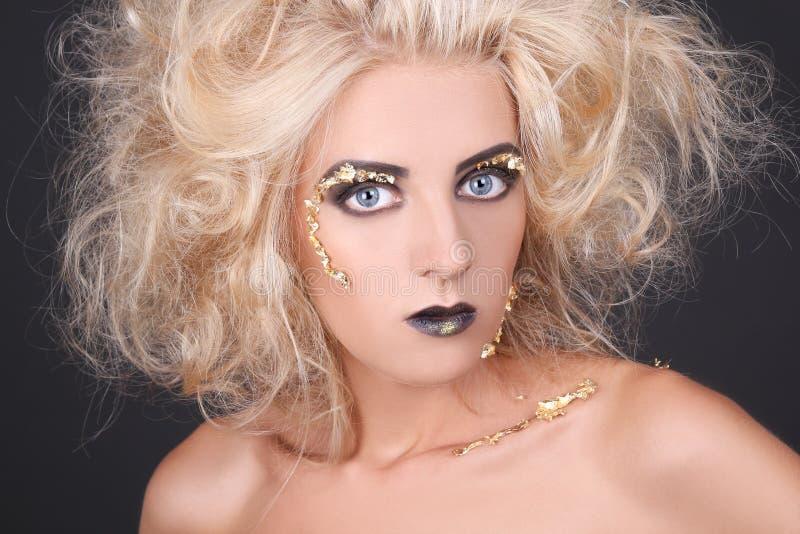 有粗野的头发和创造性的构成的神奇妇女 图库摄影