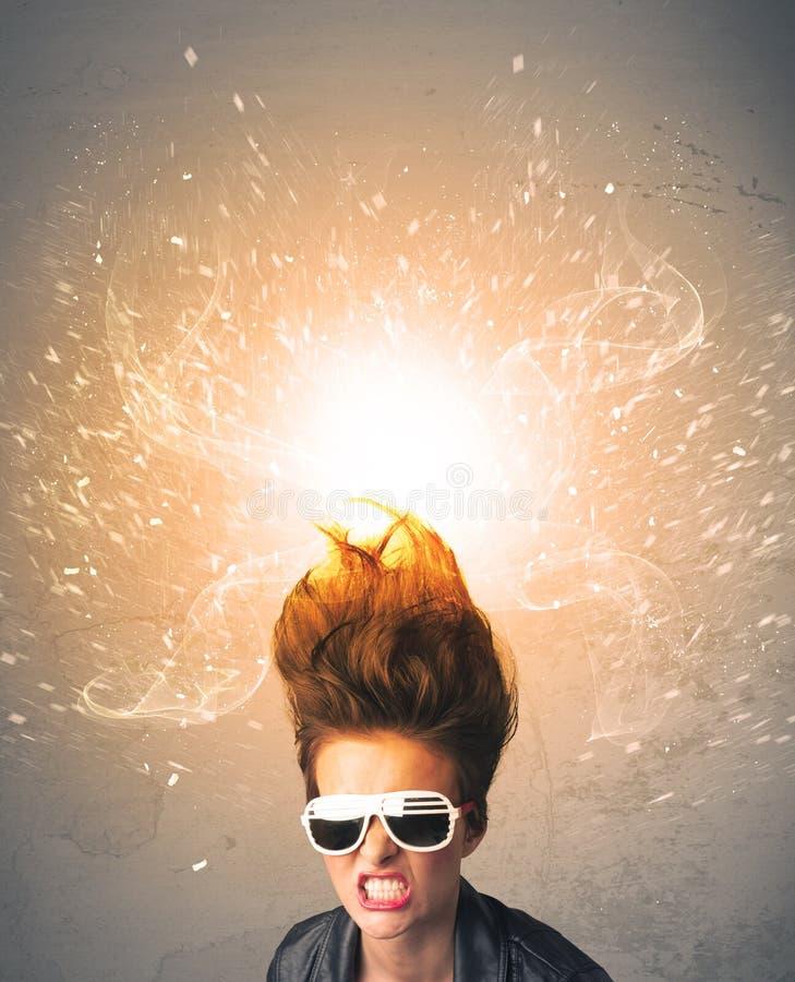 有精力充沛的爆炸的红色头发的少妇