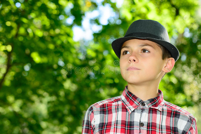 有精密帽子格子花呢上衣的男孩 免版税库存照片