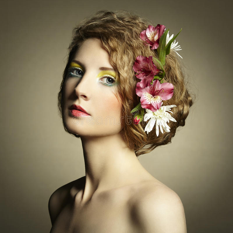 有精美花的美丽的少妇在他们的头发 库存照片