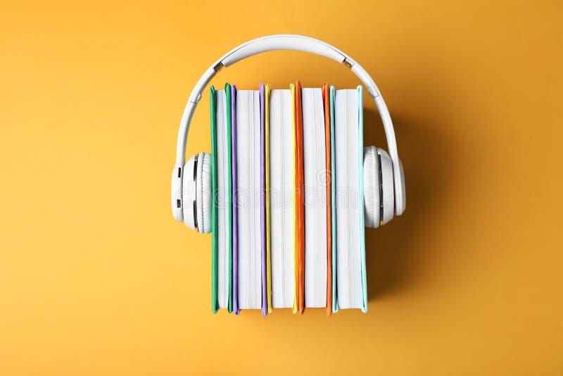 有精装书的现代耳机 库存照片