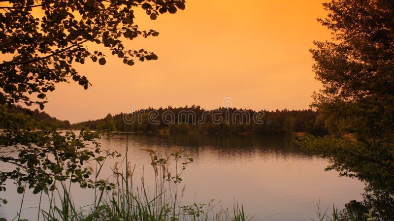 有红云的湖 免版税库存照片