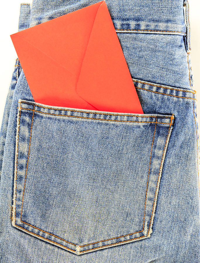 有红字的后面牛仔裤口袋 免版税库存照片