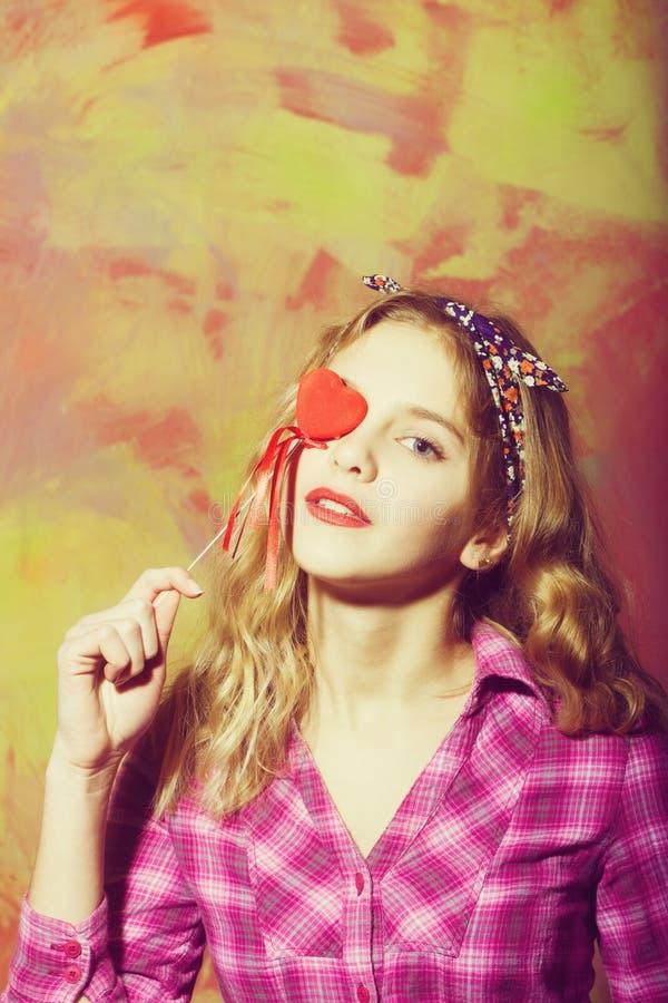 有红心的俏丽的女孩在棍子为情人节 库存图片