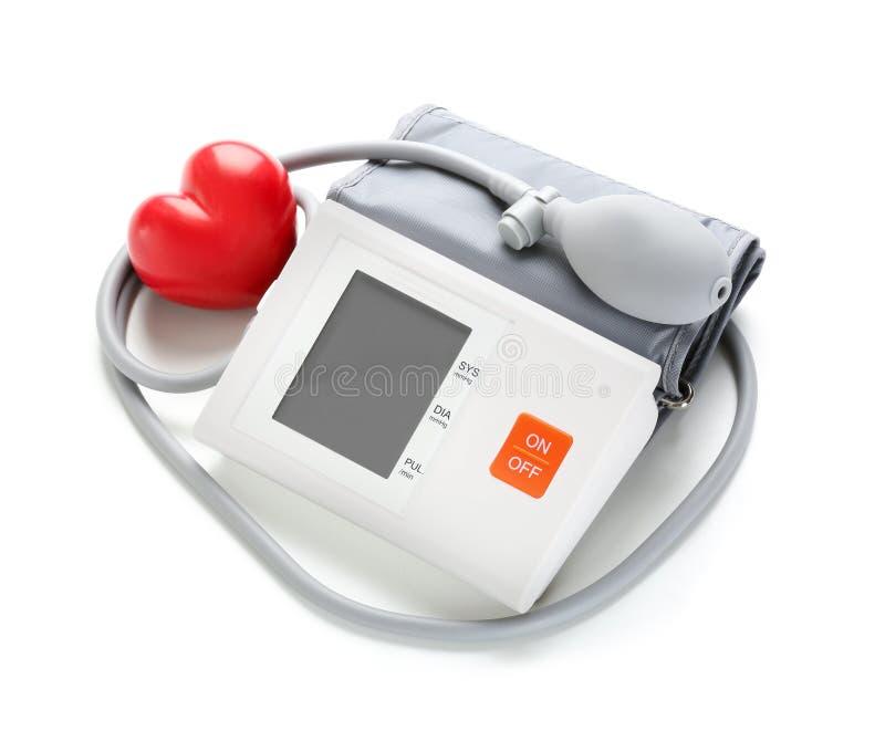 有红心的血压计在白色背景 免版税库存图片