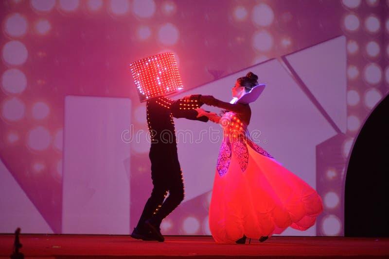 有红灯服装的,艺术家表现,童话当中舞蹈家,被带领的光盛装,晚餐会事件 图库摄影