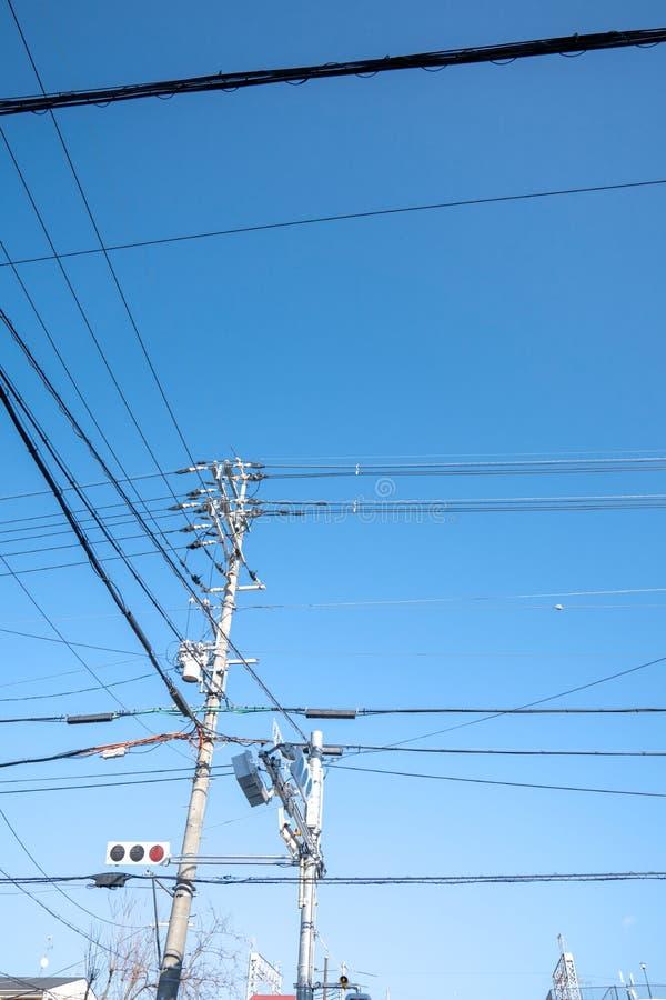 有红灯标志的在露天,日本电杆和电岗位 图库摄影