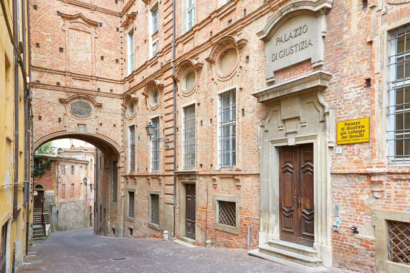 有红砖的墙壁和街道正义宫殿在一个夏日在蒙多夫伊,意大利 库存图片