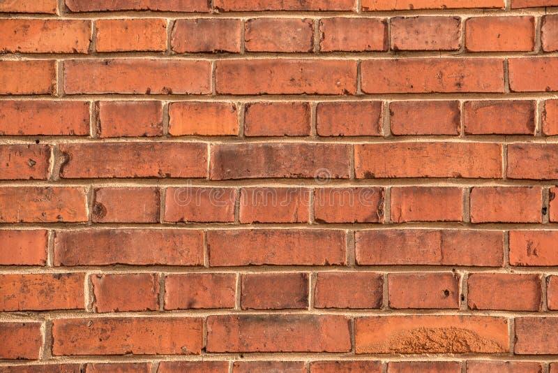 有红砖的老空的砖房子工厂墙壁 免版税库存图片