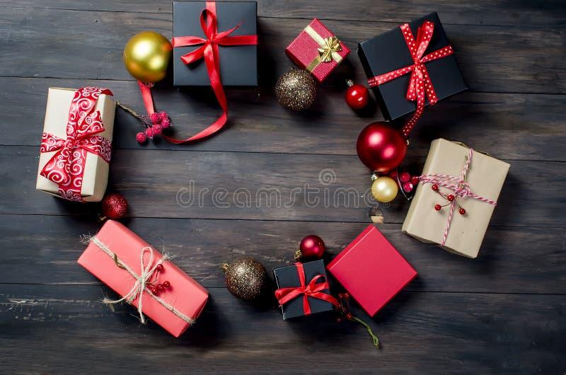 有红色丝带和冷杉的红色圣诞节礼物盒分支 免版税库存照片