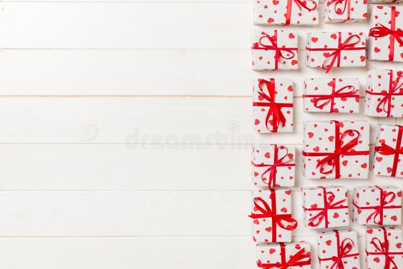 有红色丝带和心脏的许多礼物盒 华伦泰或其他假日概念 与拷贝空间的顶视图文本或设计的 免版税库存照片