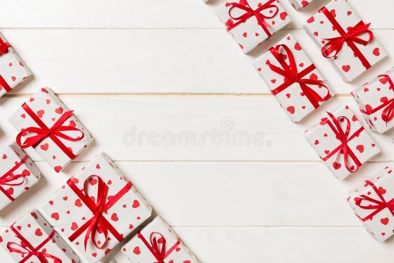 有红色丝带和心脏的许多礼物盒 华伦泰或其他假日概念 与拷贝空间的顶视图文本或设计的 库存照片