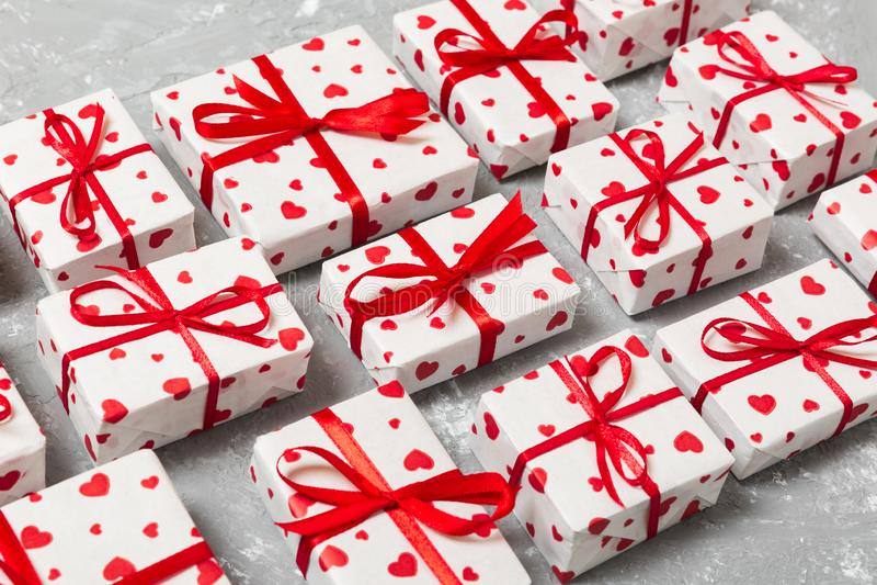 有红色丝带和心脏的许多礼物盒 华伦泰或其他假日概念 在木背景定调子的顶视图 库存图片