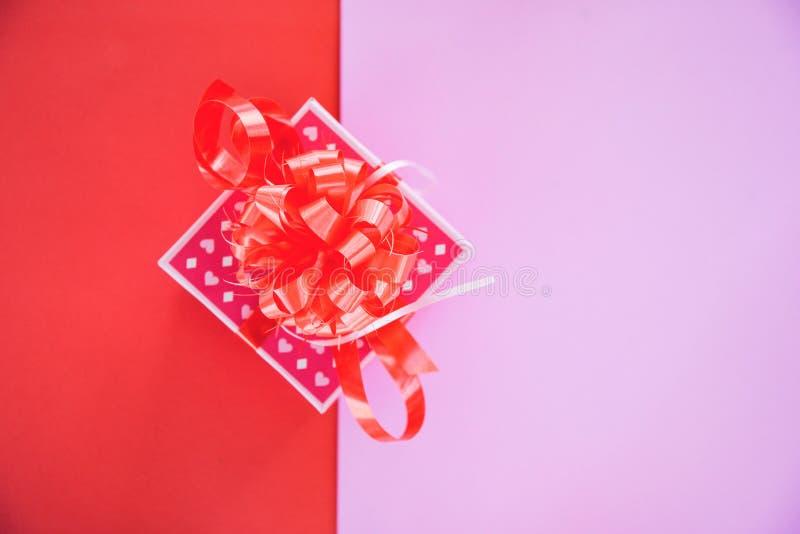 有红色丝带弓的礼物盒桃红色顶视图拷贝空间/当前箱子礼物的对圣诞快乐假日 库存照片