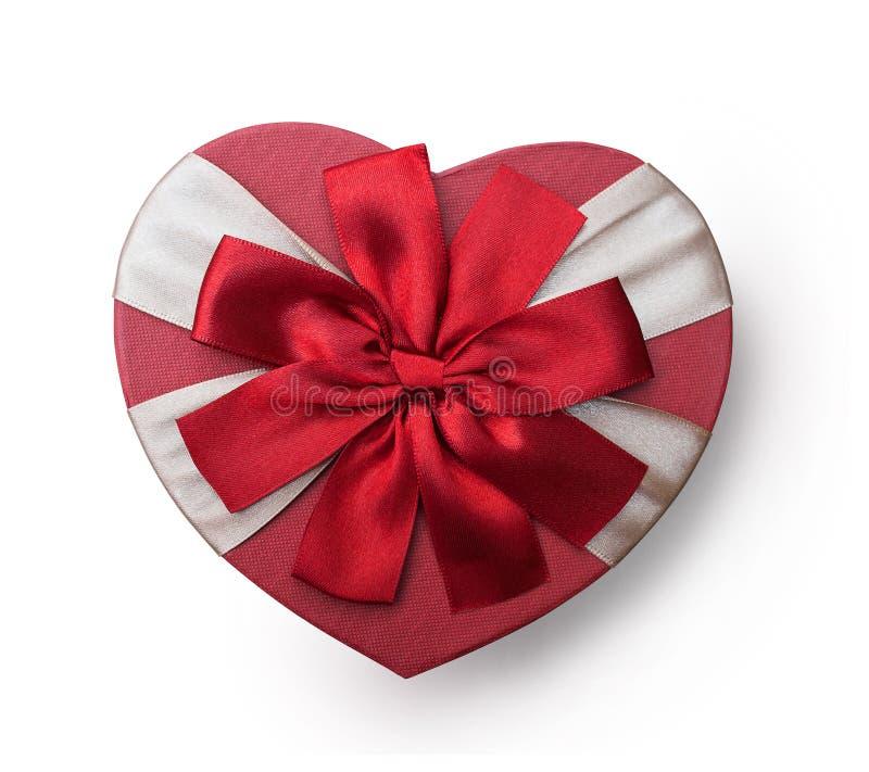 有红色丝带弓的,在白色背景,顶视图,例证的被隔绝的截去的面具被包裹的葡萄酒心脏礼物盒 免版税图库摄影