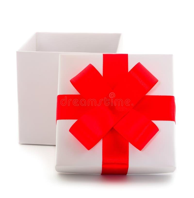 有红色丝带的白色礼物盒 免版税库存图片