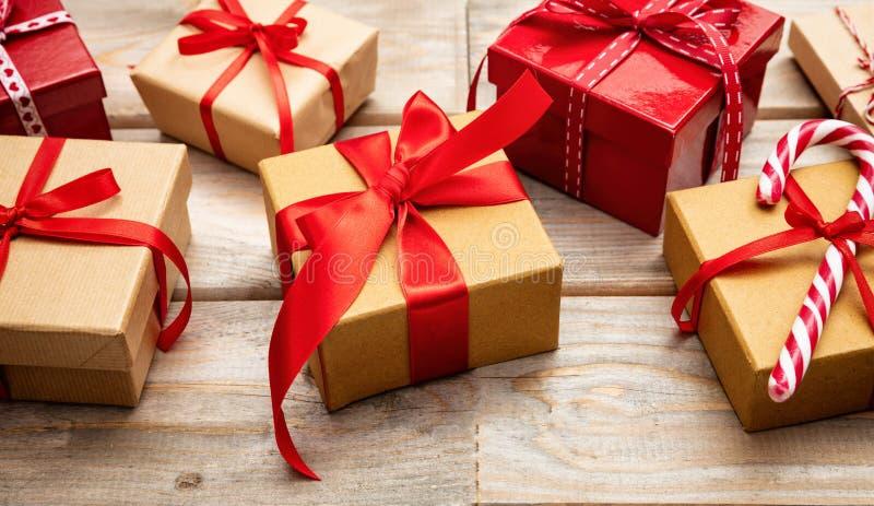 有红色丝带的礼物盒在木背景 库存图片