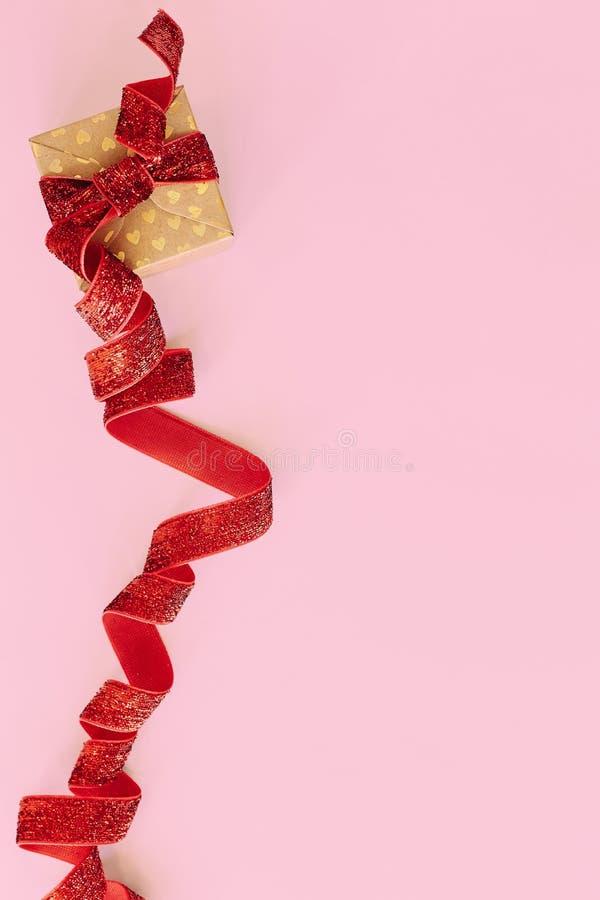 有红色丝带的礼物盒在桃红色背景 假日当前卡片 库存图片