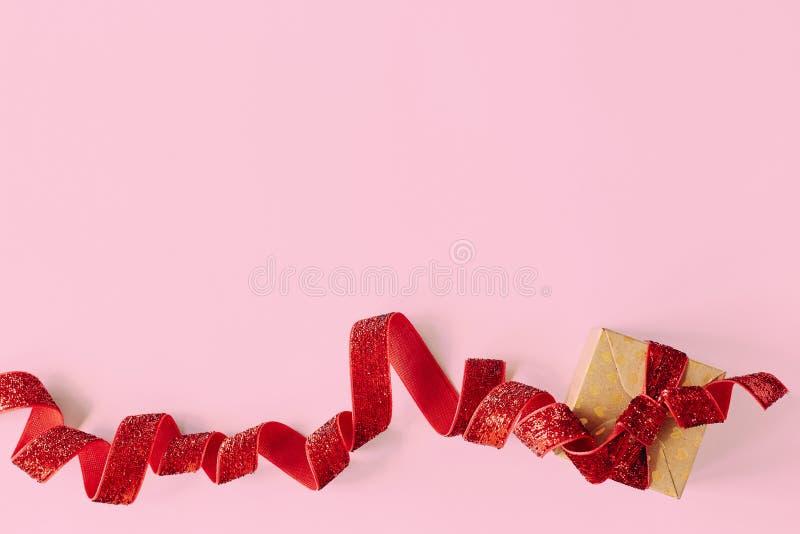 有红色丝带的礼物盒在桃红色背景 假日当前卡片 库存照片