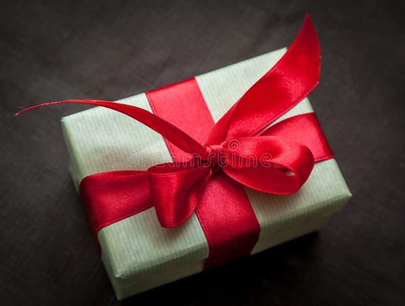 有红色丝带的礼物盒 库存照片