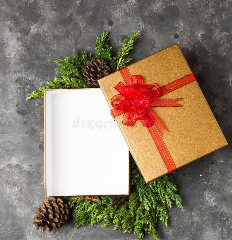 有红色丝带的金黄礼物盒 免版税库存图片