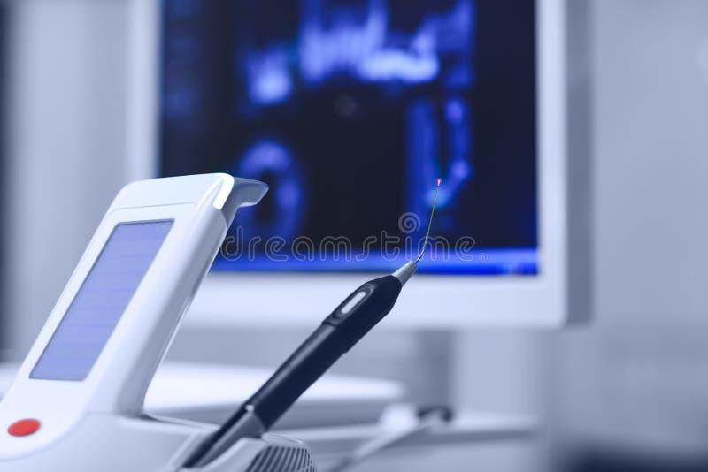 有红色二极管的-一现代牙齿practic真正的牙齿二极管激光 免版税库存图片