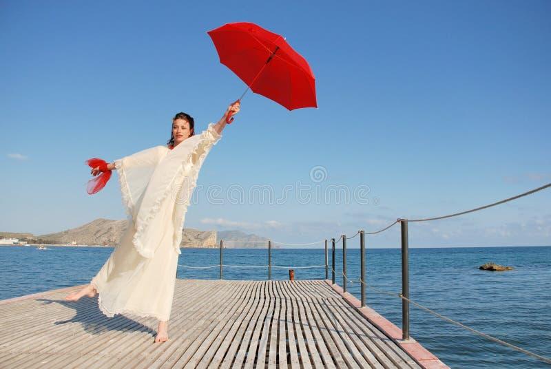 有红色伞的女孩 免版税库存照片