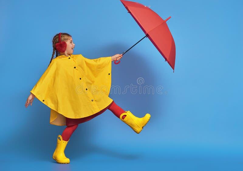 有红色伞的孩子 免版税库存图片