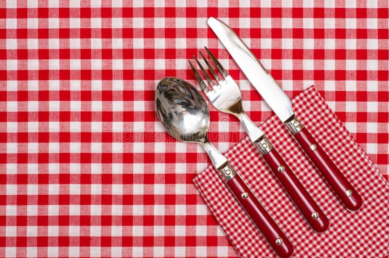 有红色刀子、叉子和匙子的利器 库存图片