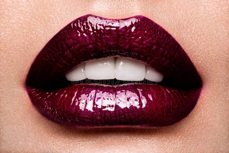 有红色发光的嘴唇的美丽的女性关闭 图库摄影