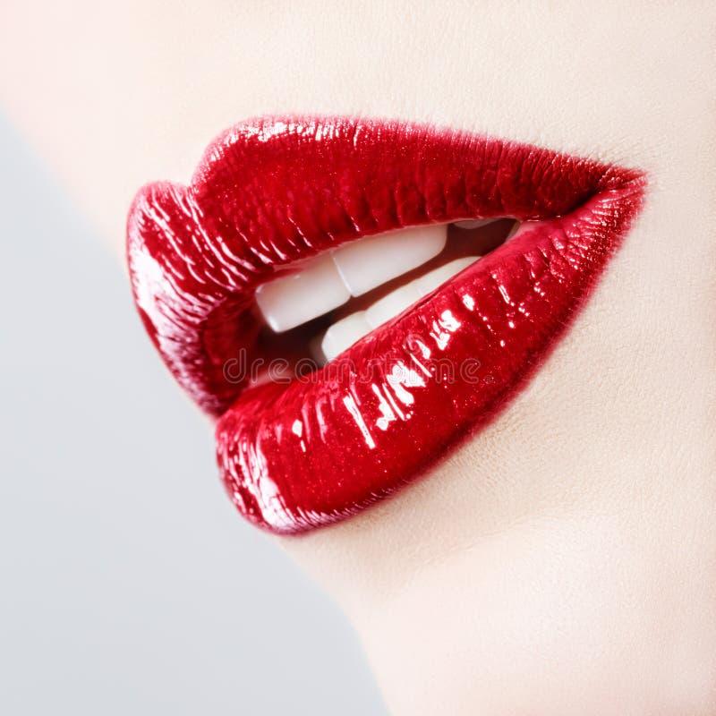 有红色发光的嘴唇的美丽的女性 免版税库存图片