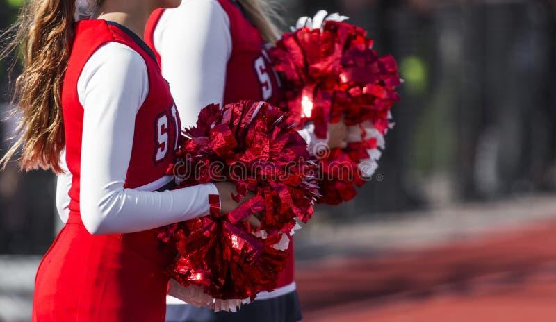 有红色和白色pom poms的两位啦啦队员 免版税库存图片