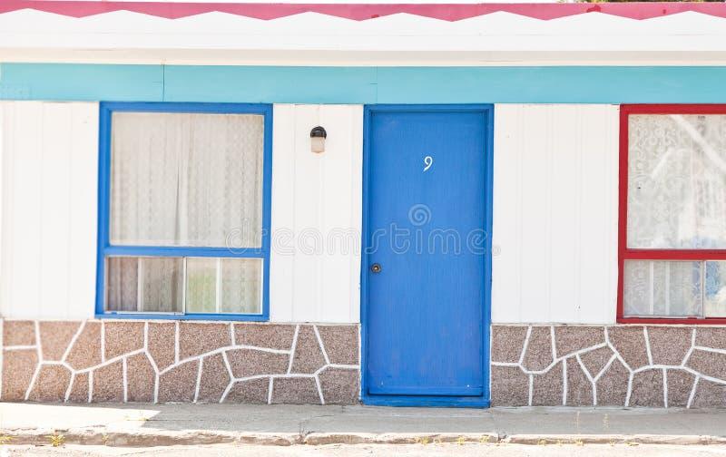 有红色和蓝色门的汽车旅馆 免版税库存图片