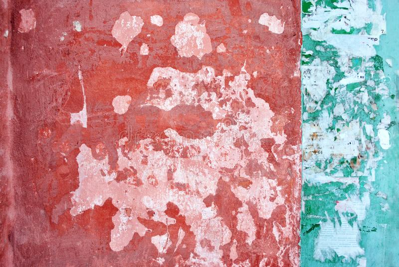 有红色和鲜绿色的破旧的油漆的墙壁在白色背景,在两个区域的条纹分界 库存照片