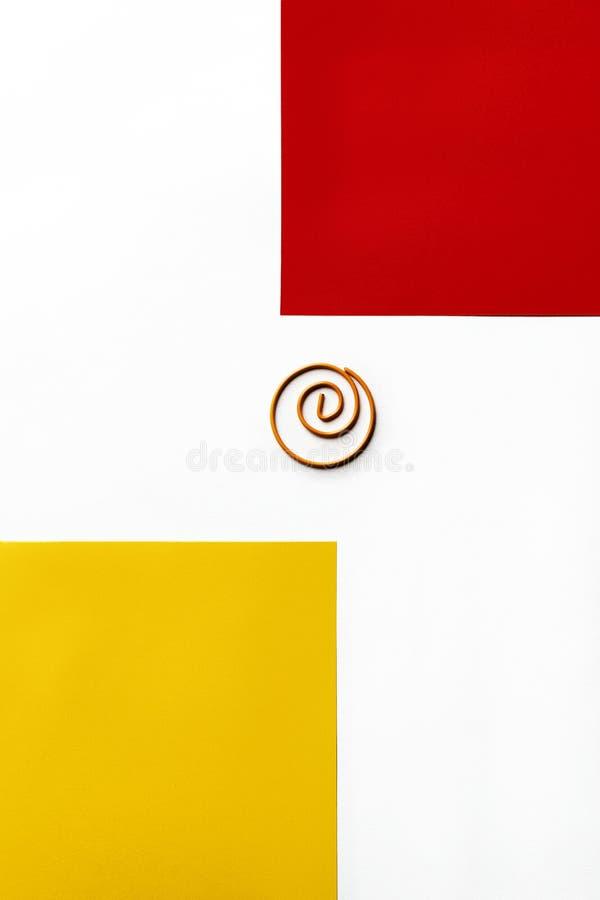 有红色和黄色正方形的螺旋夹子 免版税库存图片