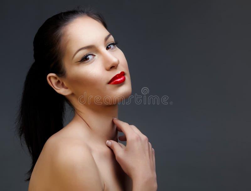 有红色唇膏的美丽的妇女 免版税库存图片